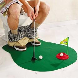 Bộ dụng cụ chơi golf trong TOILET