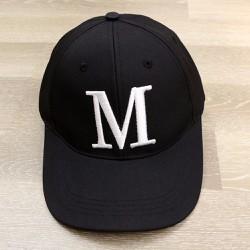 Nón chữ cái M - đen