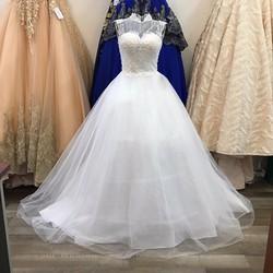 Áo cưới xoè cổ kín ren tinh tế