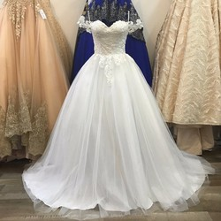 váy cưới xoè nhẹ vai ngang, thân ren hoa đính hạt trai bắt mắt
