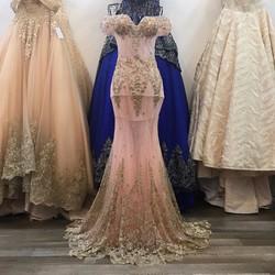 Váy cưới đuôi cá, màu hồng đính kết ren kim tuyến