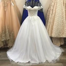 Váy cưới xoè nhẹ vai ngang, thân ren hoa đính hạt trai