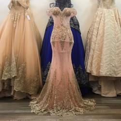 áo cưới đuôi cá, màu hồng đính kết ren kim tuyến