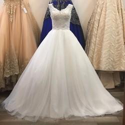 áo cưới xoè, có vai ren, ngực xẻ tim gợi cảm