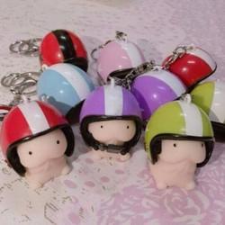 Móc khóa hình con ciu có nón bảo hiểm