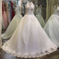 Váy cưới xoè cổ yếm, thân đính pha lê