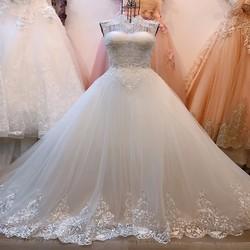 Váy cưới cổ kín đắp ren tinh tế, dáng xoè chân ren đuôi dài