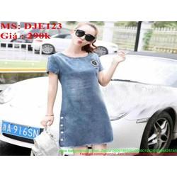 Đầm jean nữ chữ A thêu logo và đính nút sành điệu thời trang DJE123