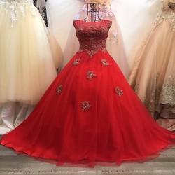 Váy cưới xoè, màu đỏ quyến rũ, ren đồng điểm rời ở tùng áo