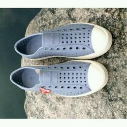 Giày nhựa đi mưa