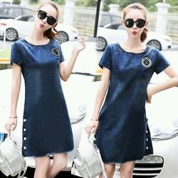 Đầm Jean Suông Thêu Logo Xẻ Lai Phối Nút Sành Điệu