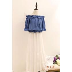 Set áo denim trễ vai và chân váy maxi voan nối tầng