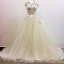 váy cưới xoè màu xám, vai ngang ren trắng nổi bật