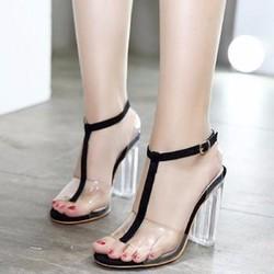 Giày cao gót gót trong hàng thiết kế