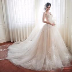 áo cưới đuôi dài, ren ẩn tùng lót xoè tự nhiên
