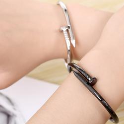 vòng đeo tay đinh tán màu đen