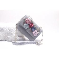 Túi xách hình chữ nhật gắn hoa