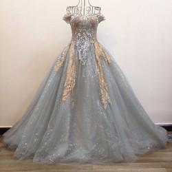 áo cưới xoè màu xám bạc, vai ngang ren kim sa lấp lánh