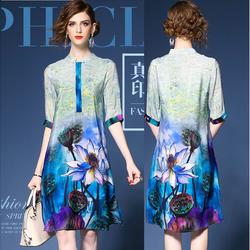 Đầm suông form rộng, cổ trụ, tay lỡ, vải lụa mềm in họa tiết hoa sen.