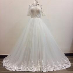 Áo cưới xoè tự nhiên, tay lửng thân ren đính pha lê bắt mắt