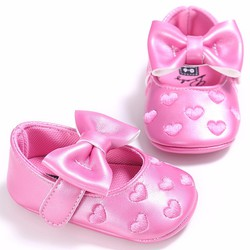 Giày tập đi thêu tim và nơ hồng xinh xắn cho bé gái