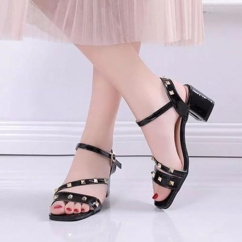 Giày sandal gót vuông quai nạm đinh.