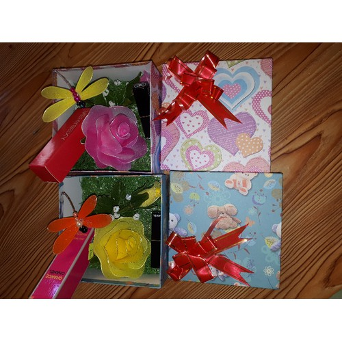 Hộp quà hoa hồng voan kèm chuồn chuồn son hoa