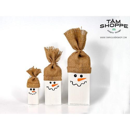 Người tuyết Snowman đội nón
