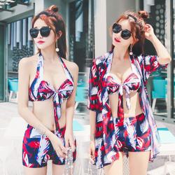 Bikini kèm áo khoác ngoài  duyên dáng