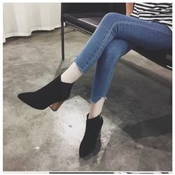 Giày boots da lộn cổ xéo màu đen