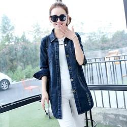 áo khoác jean phom dài, đắp chữ sau lưng sành điệu
