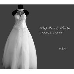 Áo cưới cổ yếm đính đá như hình