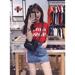 Set áo thun đỏ phối với chân váy jeans viền sọc cực ngầu
