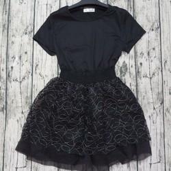 Set áo thun đen và chân váy 4 lớp