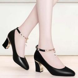 Giày gót vuông bít mũi phối lắc - màu đen