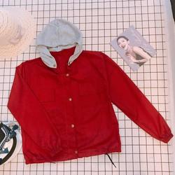 Áo khoác kaki có mũ màu đỏ