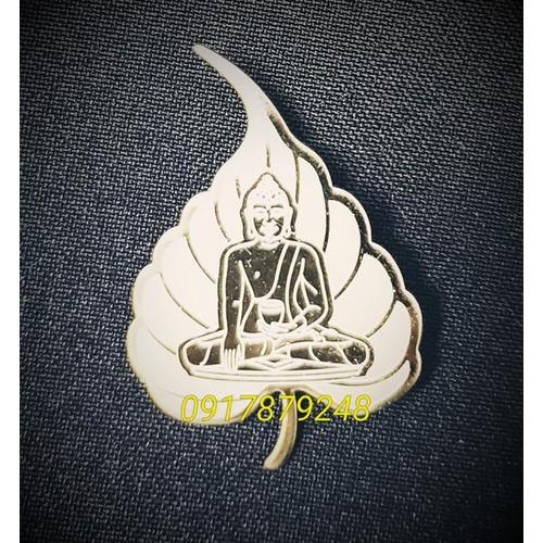 Lá bồ đề cài áo hình Phật Bổn Sư Thích Ca