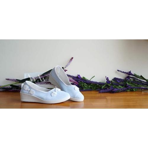 Giày thêu hoa đế cao