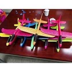 Máy bay xốp loại nhỏ.