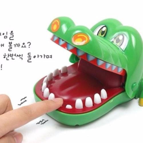 Trò chơi cá sấu cắn tay cực vui cho gia đình