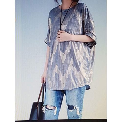 Áo thun nữ họa tiết trẻ trung, phong cách sành điệu.