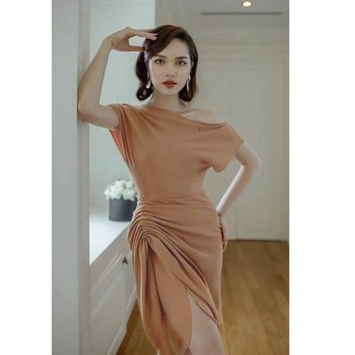 Đầm ôm body kiểu lệch vai tay cánh dơi rùn thân váy