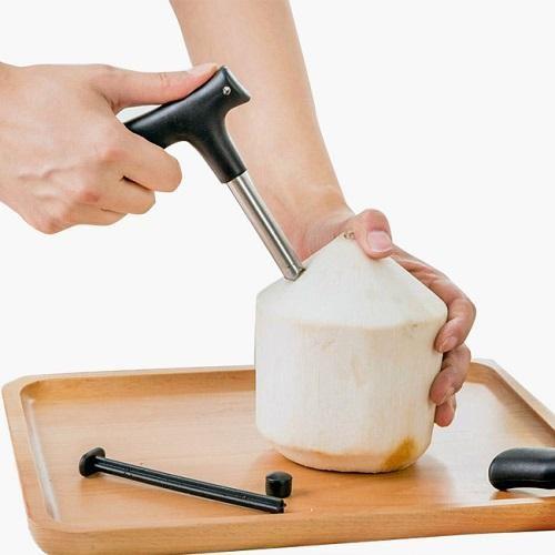 Dụng cụ khui dừa giúp lấy nước siêu nhanh