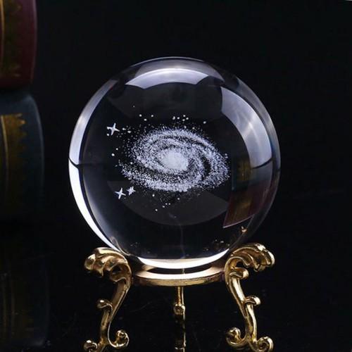 Quả cầu pha lê khắc dãy ngân hà tặng đế kim loai