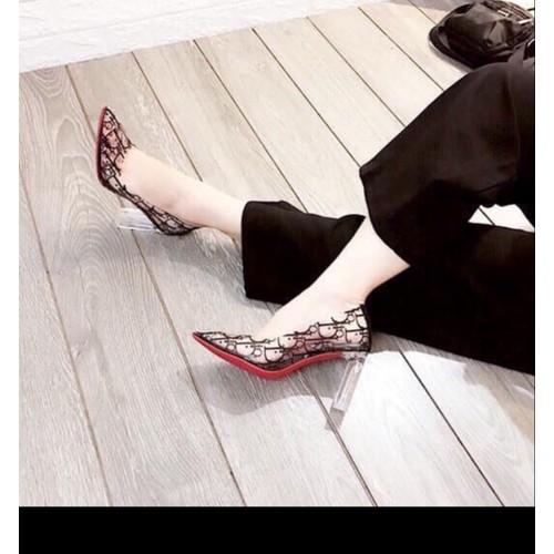 Giày cao gót bít mũi trong suốt