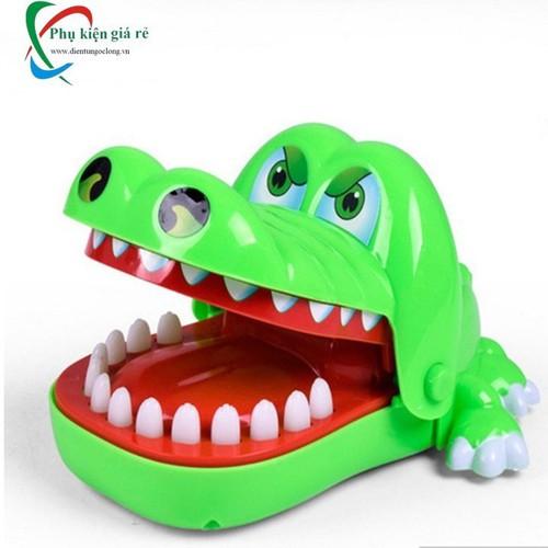 Trò chơi thử thách cho con cá sấu cắn tay