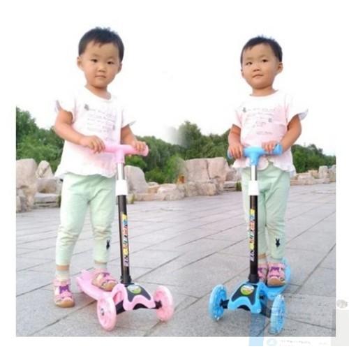 Xe trượt scooter màu xanh hồng có đèn phanh chân