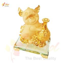 Tượng chú heo vàng ôm túi tiền vàng đế kính cao cấp
