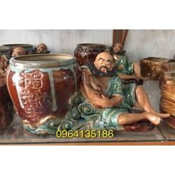 Tượng la hán bên chậu trồng cây gốm sứ Bát Tràng