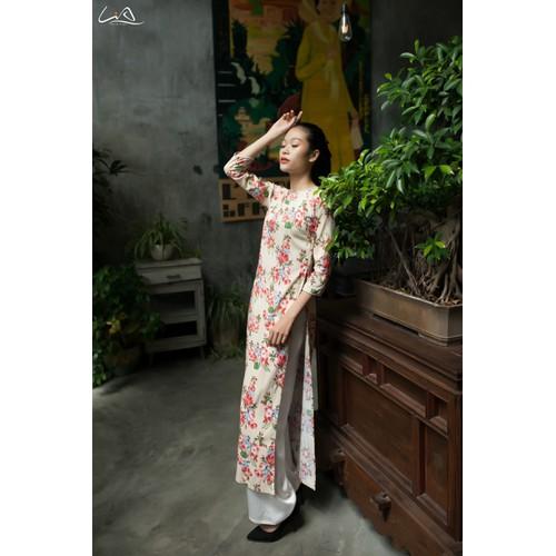 LiA - Áo Dài Linen Cotton Màu Kem Họa Tiết Hoa Đỏ Thanh Lịch